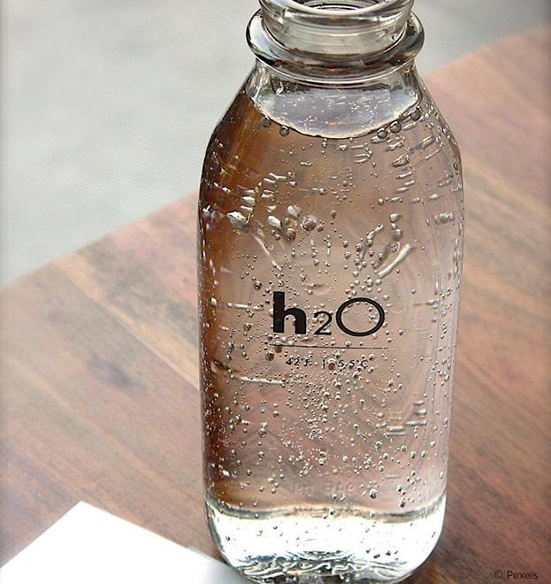 Trinkwasser in einer Glasfalsche.