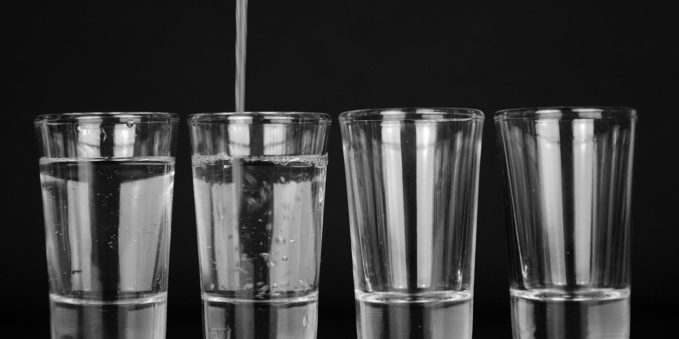 Wasser, H2O, mehr Wasser trinken, Fluessigkeitshaushalt, Wasserhaushalt, Wasseraufnahmen, Wasser trinken, Wasserzufuhr