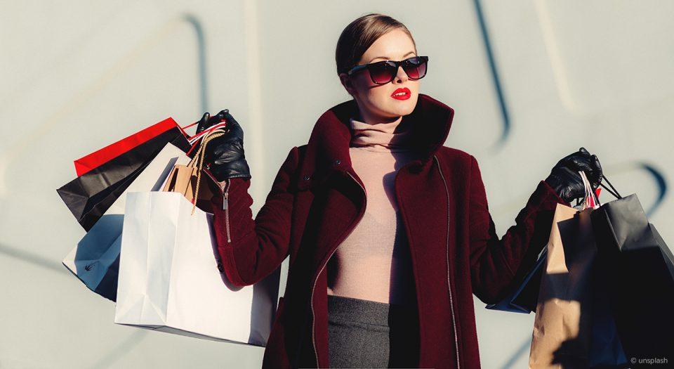 Frau im Shoppingwahn mit vielen Tüten