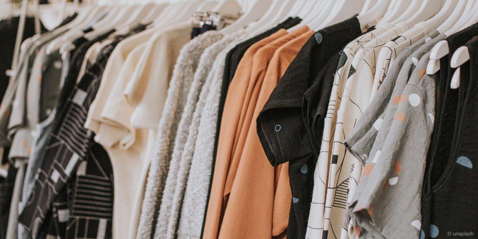 Kleidung auf einer Stange.