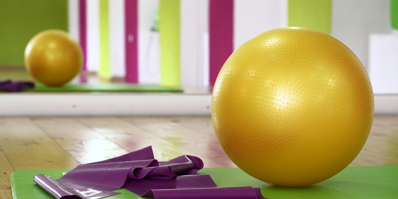 Fitnessgeräte für zu Hause, Fitnessgerät für zu Hause, Training zu Hause, Fitness für zu Hause, Hanteln, Kettlebell, Gymnastikball, Ab-Roller, Trainingsgeräte, Theraband, Faszientraining, Fitnessübungen für zu Hause