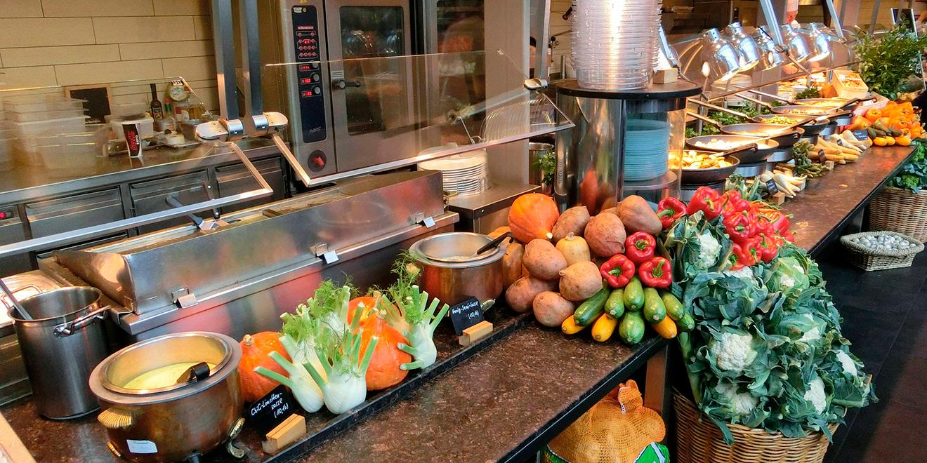 Ernährung, gesund, Büro, Alltag, Mittagstief, Konzentration, Power, Ernährung im Büro, Ausgewogen essen, Superfood, Obst, Gemüse, Trinken, Kantine, Ausgewogen Essen