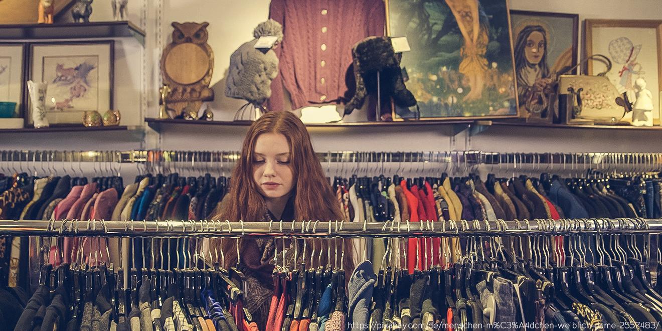 Mädchen im Bekleidungsgeschäft sucht nach passender Garderobe