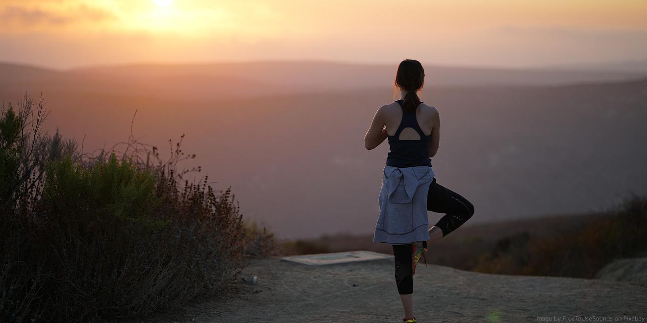 Bewältigung des Alltagsstress bei Yogastellungen während des Sonnenaufgangs