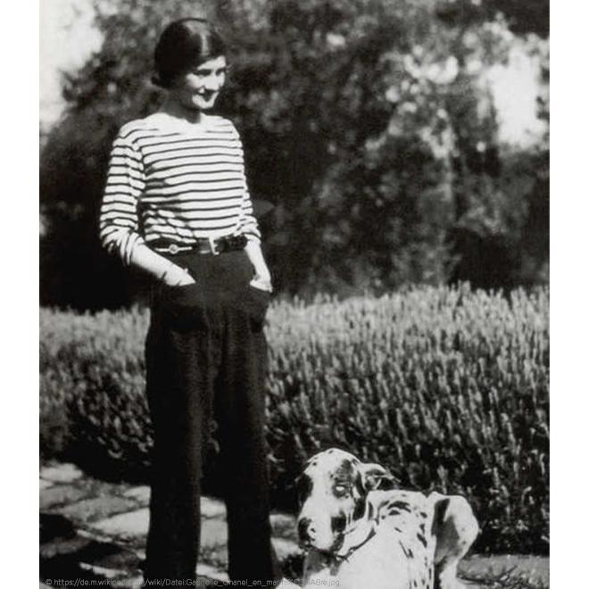 Coco Chanel mit ihrem Hund in Hose und Basic T-Shirt