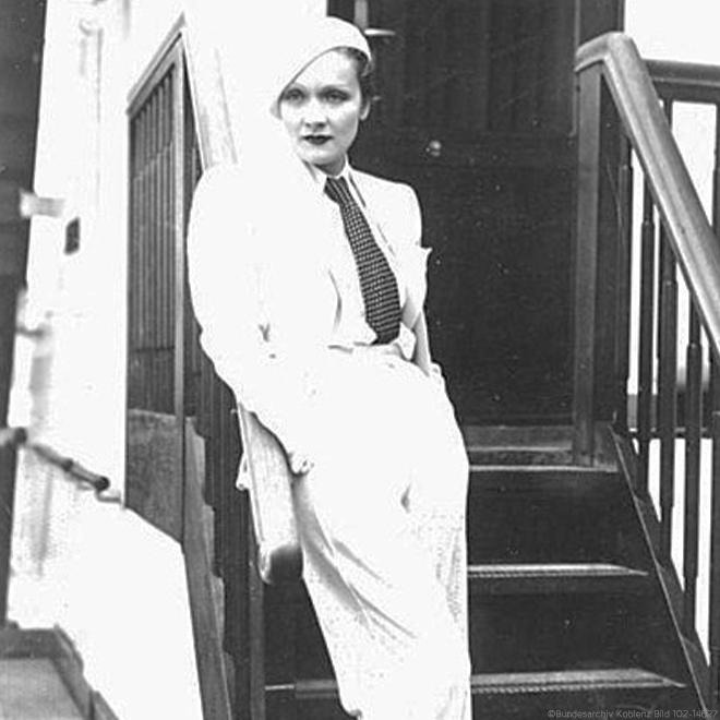 Marlene Dietrich im bequemen Hosenanzug
