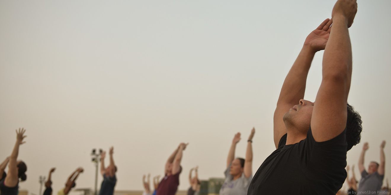 Gemeinschaftliches Yoga - Einstimmung mit Yogastellungen wie dem Sonnengruß beim Sonnenaufgang