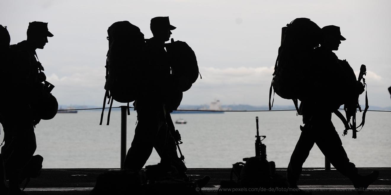 U. S. Militär laufen im Gleichschritt vor Seekulisse. Tragen unter der Uniform Unterhemd und T-Shirt