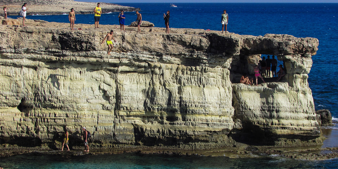 Klippenspringen ist ein gefährlicher Extremsport aufgrund der ungewissen Fremdkörper unter der Wasseroberfläche.