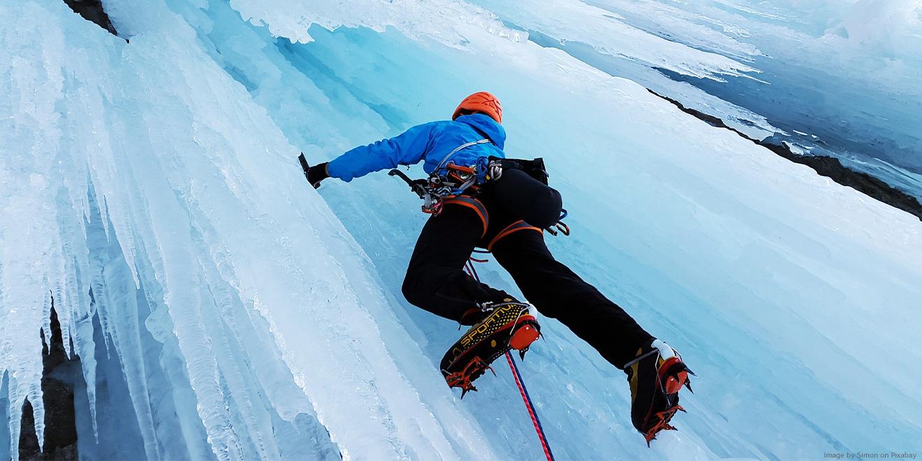 Eisklettern wird oft unterschätzt. Kletterer erleiden meist starke Erfrierungen und Knochenbrüche durch einen Fall beim Bruch des Eises.