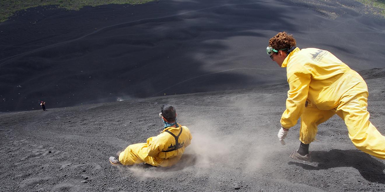 Volkano-Border mit gelber Ganzkörper-Schutzkleidung wegen der großen Gefahr, vom Vulkangestein geschnitten zu werden.