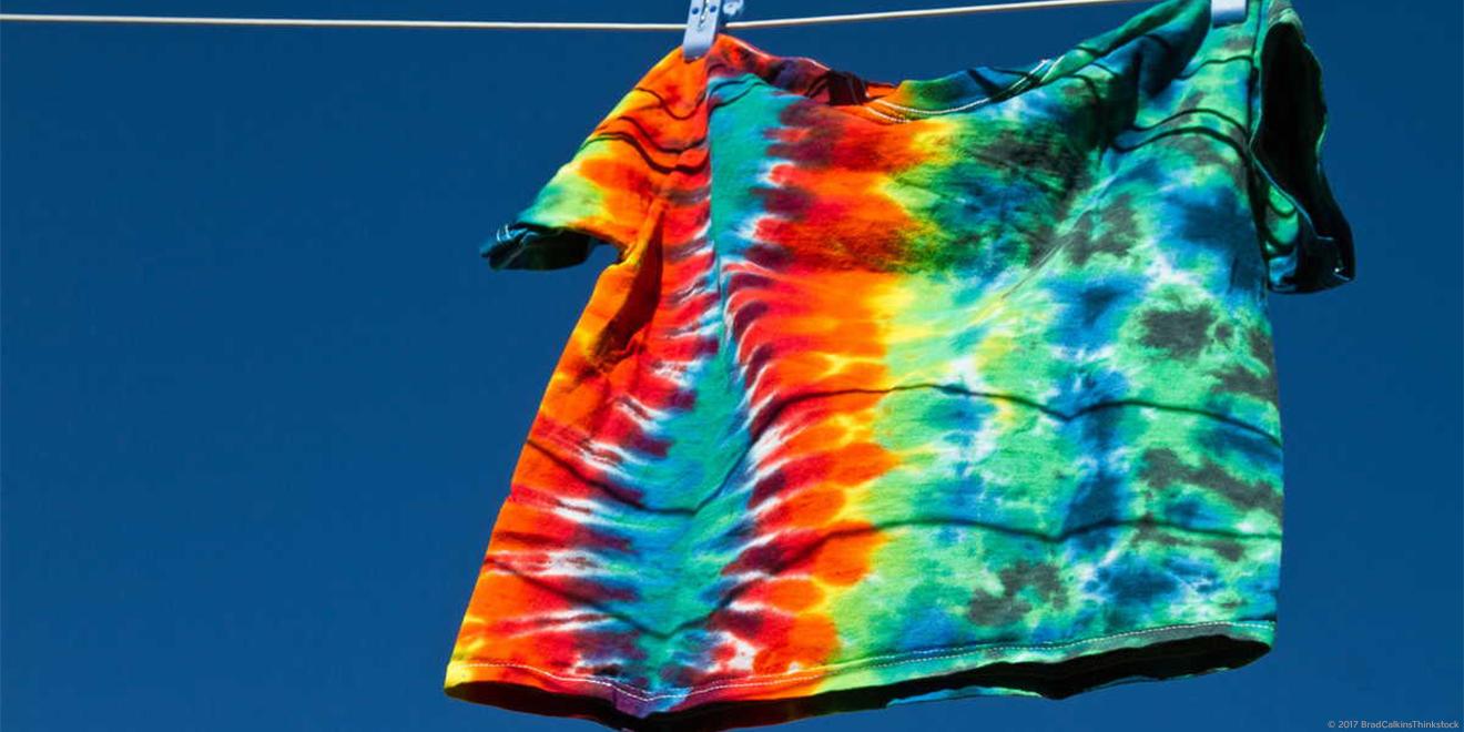 T-Shirt mit Batik-Muster an Wäscheleine