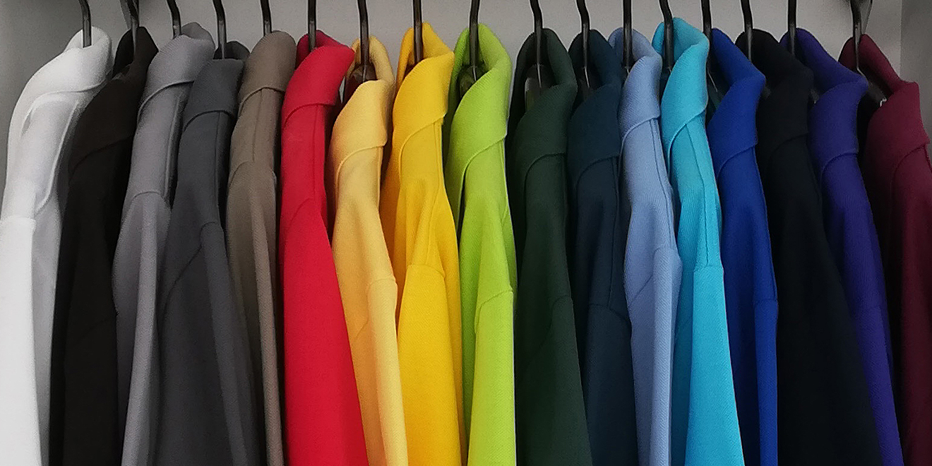 Einfarbige T-Shirts von Trigema auf einer Stange