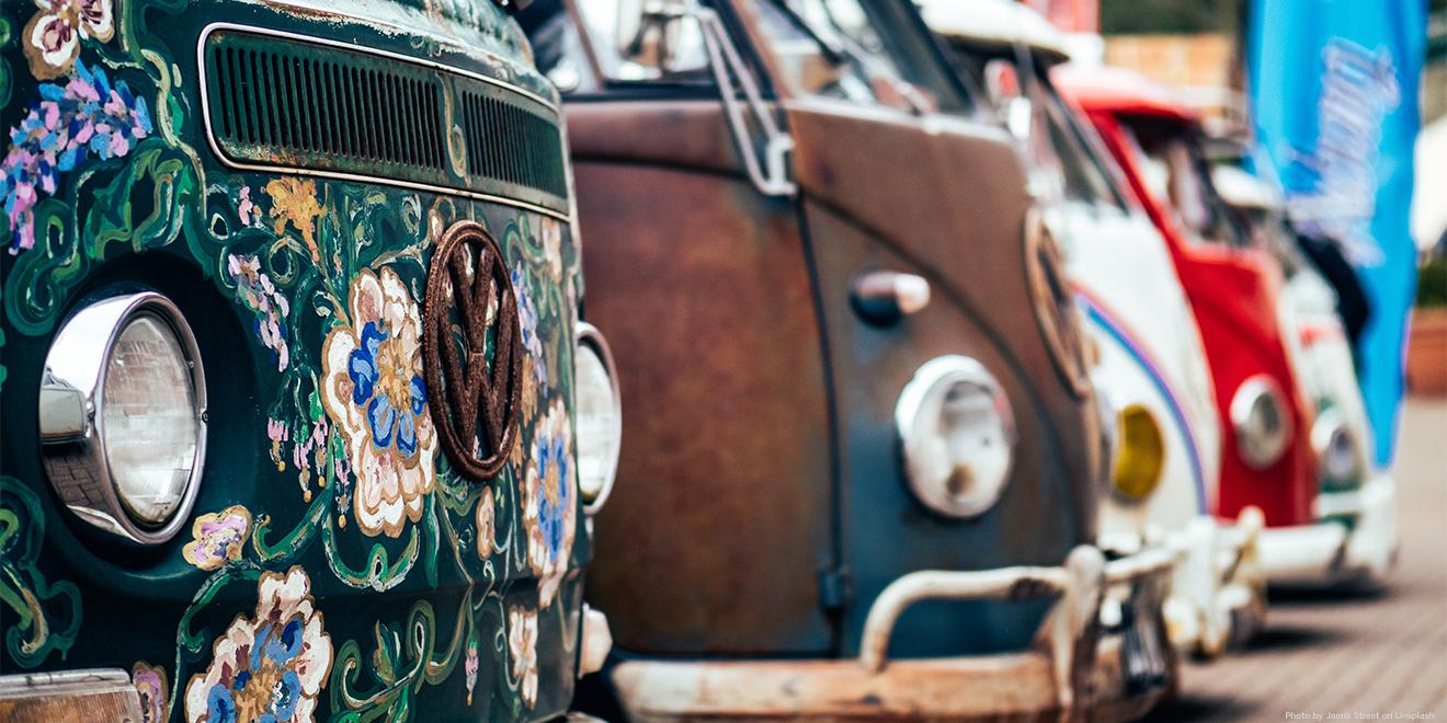 Alte VW-Busse mit Hippie-Optik