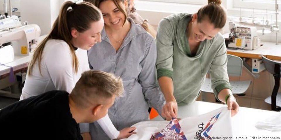 Schüler der Modedesignschule Manuel Fritz in Mannheim, beim designen eines T-Shirts für den TRIGEMA Design-Wettbewerb.