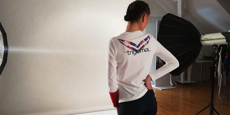 Model posiert in Design-Wettbewerb Shirt.