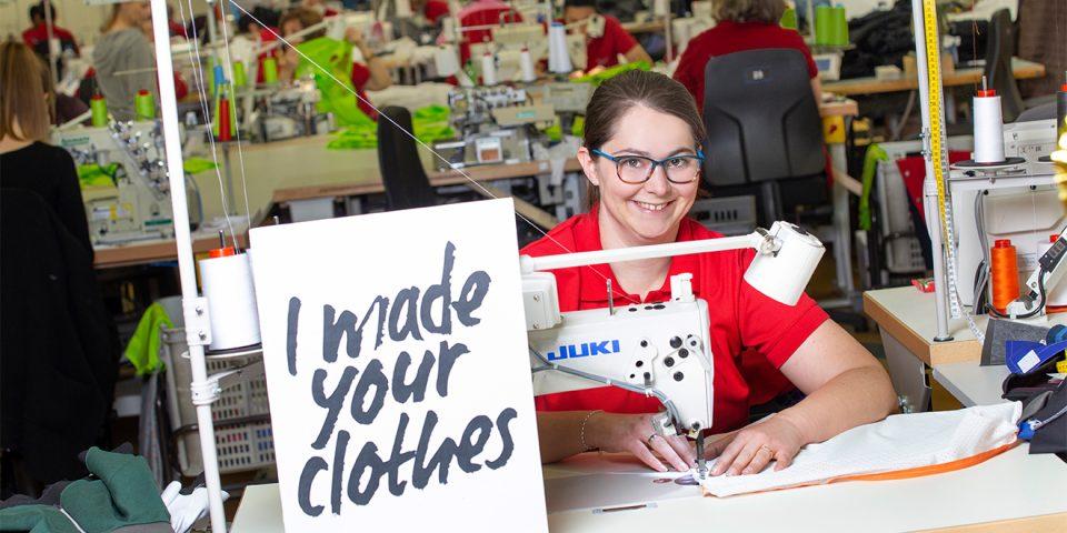 TRIGEMA Mitarbeiterin an der Nähmaschine. Die Produkte einer Textilfabrik werden selten geschätzt.