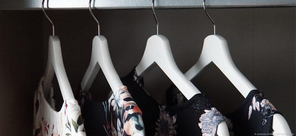 Vier Kleider in einem Kleiderschrank.