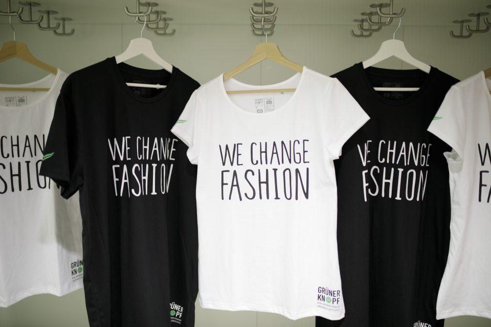 We Change Fashion T-Shirts mit dem Grünen Knopf