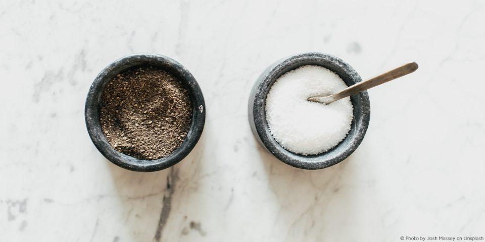 Salz und Pfeffer in kleinen Köpfen.