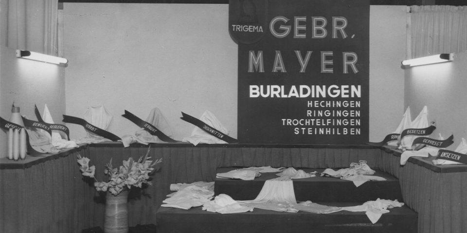 Stoffausstellung der Firma Trikotwarenfabrik Gebr. Mayer