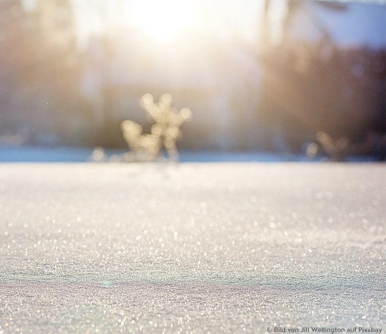 Schneekristalle glitzern in der Kälte