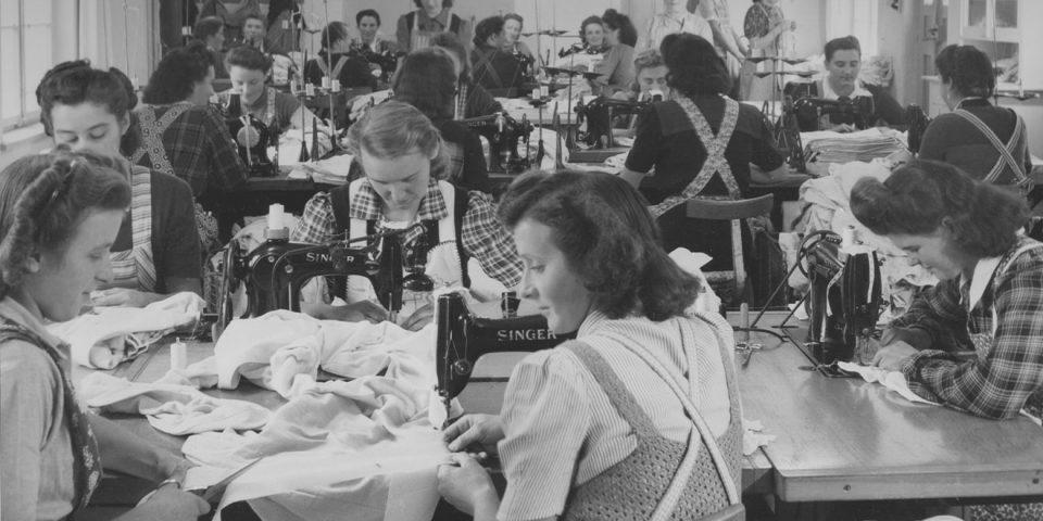 Näherinnen arbeiten in der Produktiond für die Trikotwarenfabrik Gebr. Mayer