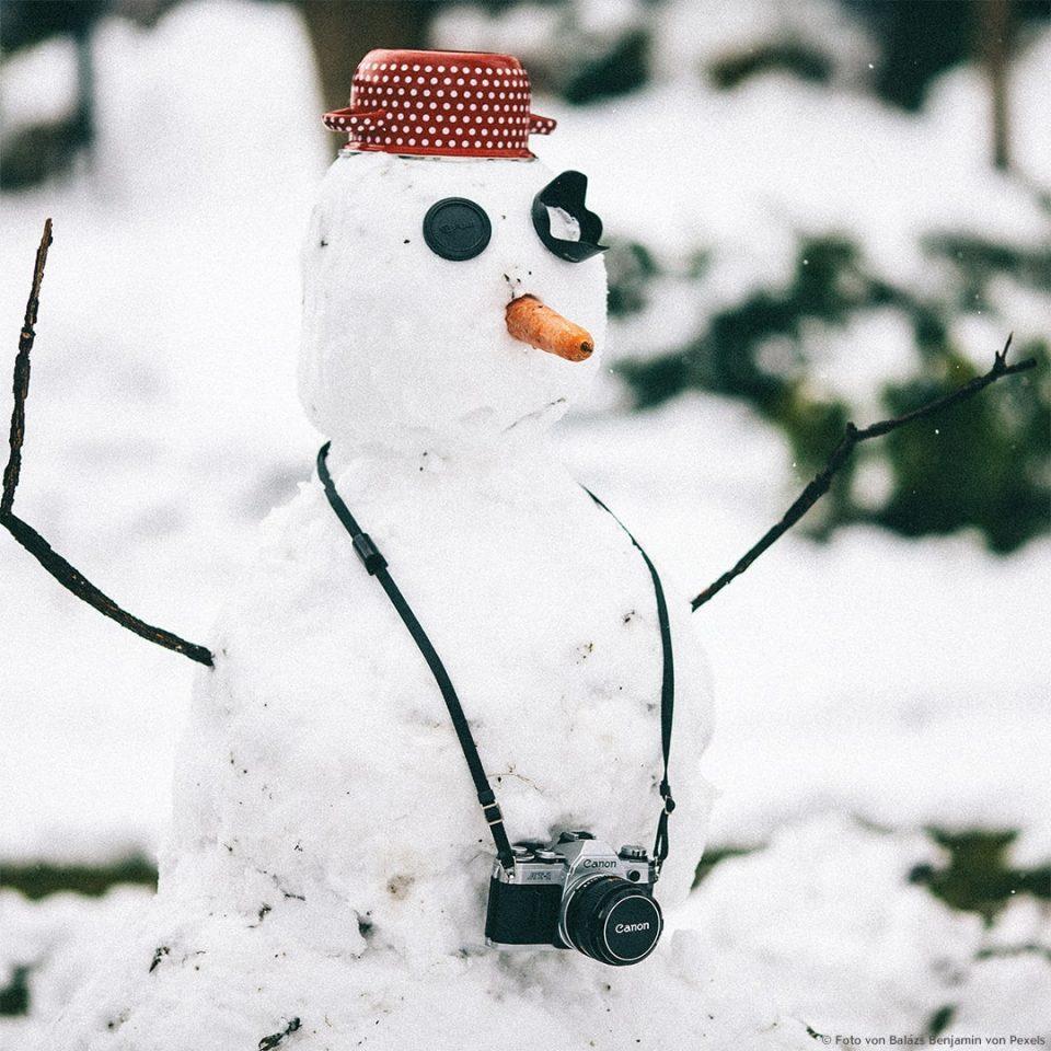 Witziger Schneemann mit Kamera