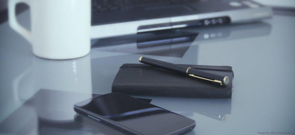 Leerer Arbeitsplatz mit Laptop und Kaffeetasse.