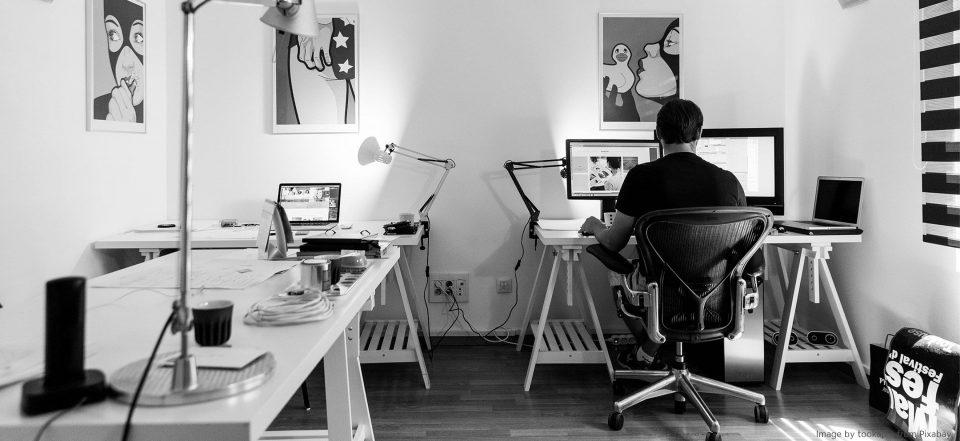 Separater Arbeitsplatz in einem kleinen Raum.