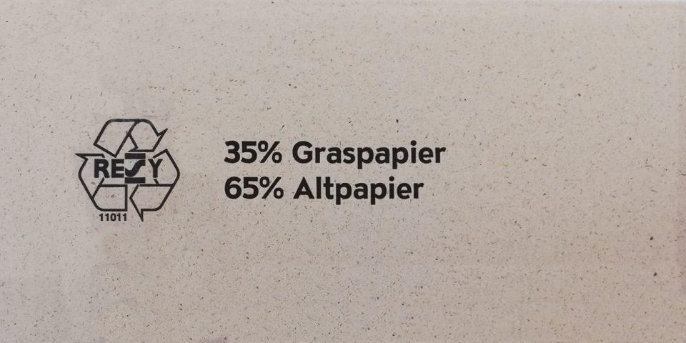 Die Zusammensetzung aus Graspapier und Altpapier steht sogar direkt auf dem Karton.