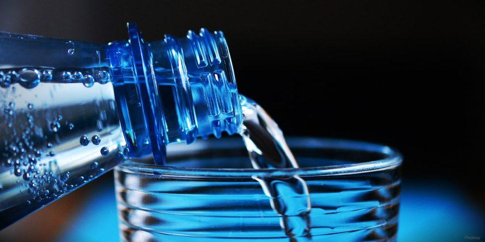 Wasser aus einer Wasserflasche.