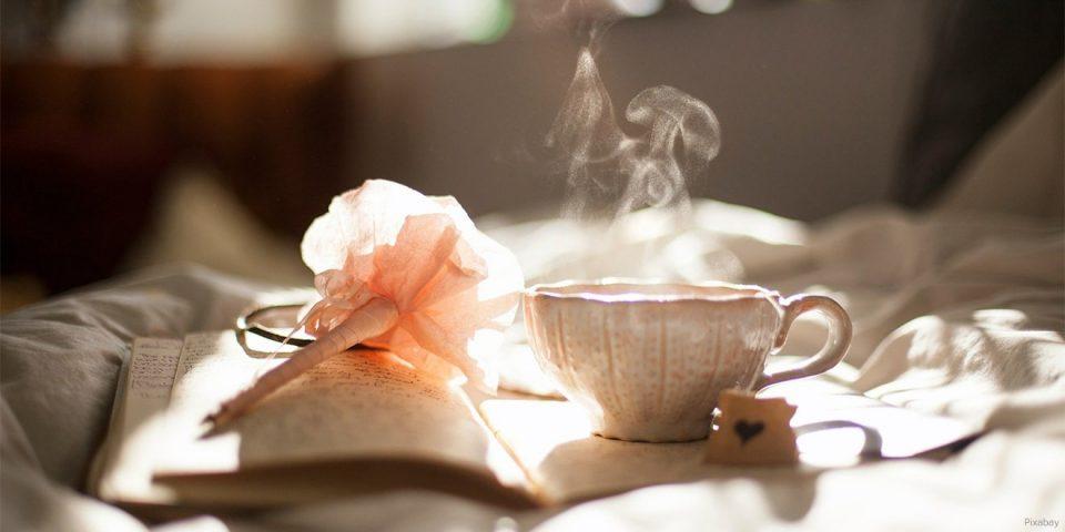 Tee, Blumenduft und ein Buch helfen zum Entspannen