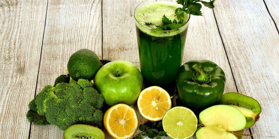 Grünes Obst und Gemüse und grüner Smoothie