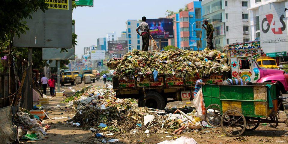 Müllberge von Kleidung und massive Umweltverschmutzung in Bangladesh