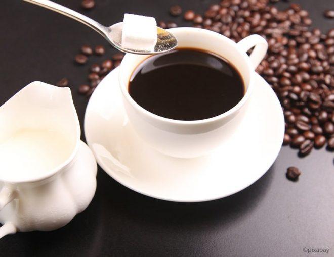 Kaffee mit Zucker und Milch in einer Tasse