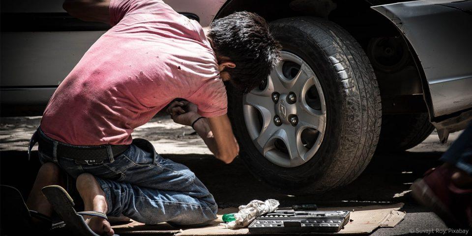 Kind arbeitet als Automechaniker. Am Tag für menschenwürdige Arbeit wird einem wieder klar, dass unsere Arbeitsbedingungen nicht selbstverständlich sind.