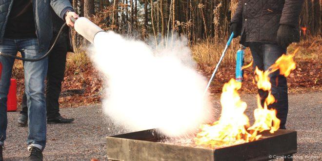 Im Schaum von Feuerlöschern befinden sich oft per- und polyfluorierte Chemikalien, obwohl es Alternativen gibt.