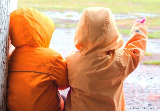Kinder haben oft Regenjacken mit wasserabweisenden per- und polyfluorierte Chemikalien. Besonders bei Kindern sollten lieber PFC-freie PRodukte in Betracht gezogen werden.