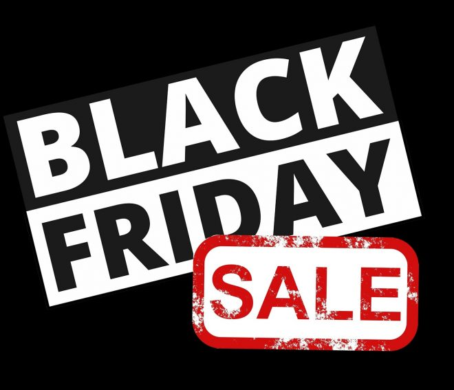 Black Friday Sale Schilder locken zahlreiche Kunden in die Geschäfte.