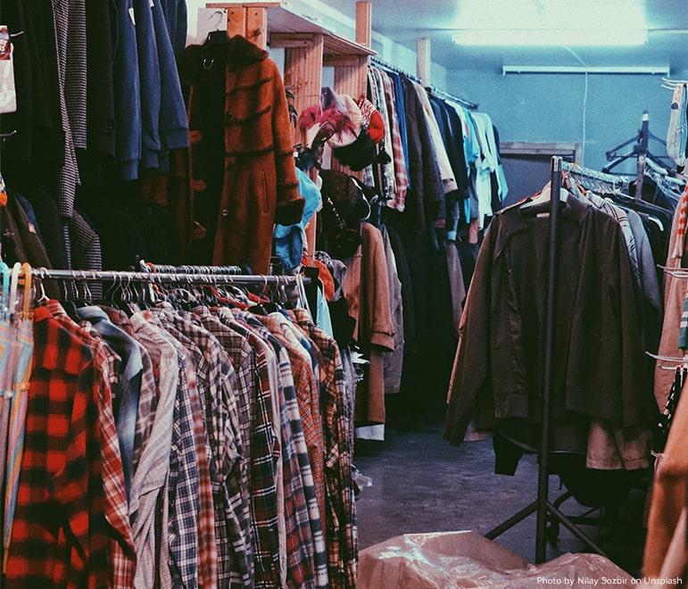 Nachhaltige Mode lässt sich auch in Second Hand Läden finden.