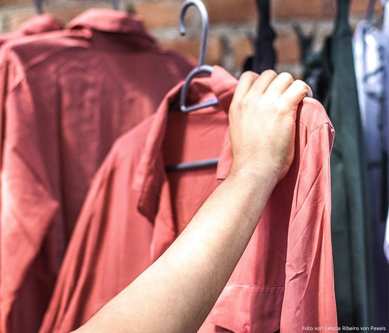 Second Hand ist eine gute Alternative um Kleidung ein neues Leben zu gewähren. Das ist unter anderem auch nachhaltig.