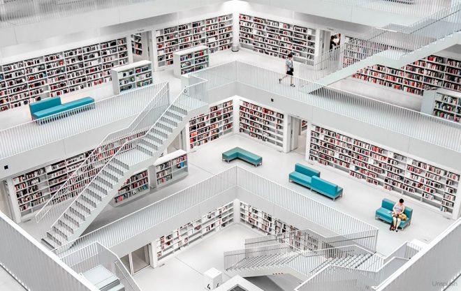 Bücherreich mit schriftlichen Dokumenten und Büchern.