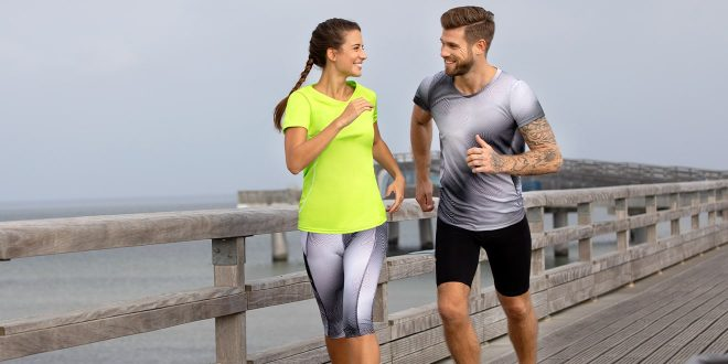 Dame und Herr joggen in Sportbekleidung. Sportbekleidung gehört zu den häufigsten Kleidungsstücken, für die Polyester verwendet wird. Kleidung richtig pflegen bedeutet langlebige Produkte.