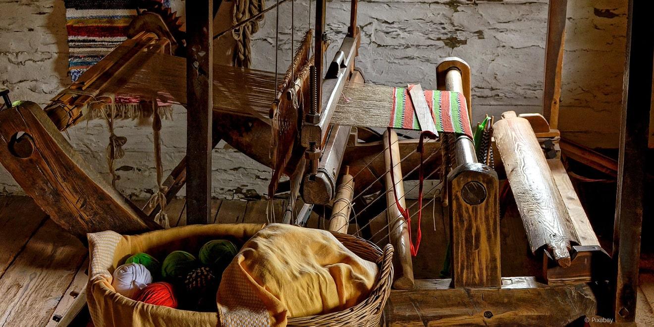 Weber-Untensilien um Teppich zu weben. Besonders die Textilbranche ist von Menschenrechtsverletzungen geprägt.