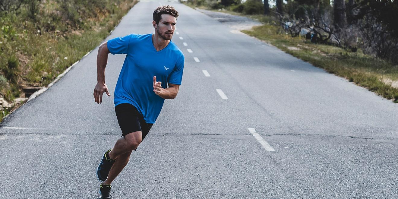 Zum Joggen benötigt man idealerweise auch atmungsaktive Sportbekleidung.